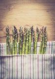 Szparagowy wiązki zakończenie up na drewnianym tle Zdjęcia Royalty Free