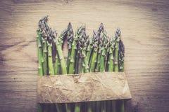 Szparagowy wiązki zakończenie up na drewnianym tle Fotografia Stock