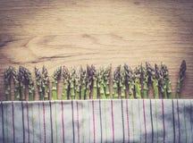 Szparagowy wiązki zakończenie up na drewnianym tle Obraz Stock