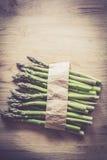 Szparagowy wiązki zakończenie up na drewnianym tle Zdjęcie Royalty Free
