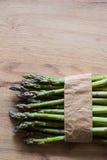 Szparagowy wiązki zakończenie up na drewnianym tle Obrazy Stock
