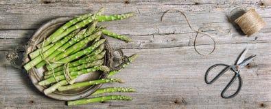 Szparagowych warzywo rocznika nożyc drewniany tło zdjęcia royalty free