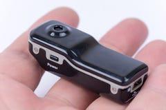 Szpieguje chowanego mini kamera przyrząd w ręce Zdjęcie Royalty Free