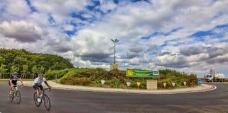Amatorscy cykliści na drogach wycieczka turysyczna Francja Obrazy Royalty Free