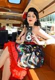 Szpilka W górę dziewczyny Z Klasyczną kamerą Fotografia Stock