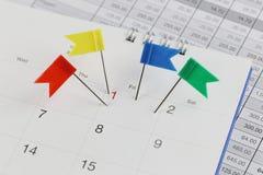 Szpilki żbiki na kalendarzu obok liczby jeden Obraz Royalty Free