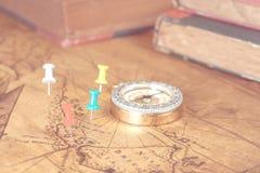Szpilki na starej mapie zdjęcie stock