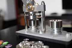 Szpilki naciskają maszynę z pustymi szpilkami zdjęcia royalty free