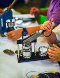 Szpilki naciskają maszynę z pustymi szpilkami i przygotowywać szpilkami obrazy stock