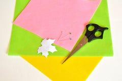Szpilki, nożyce, szablonu prześcieradło, czujący - dlaczego robić handmade broszce, szwalny zestaw Obraz Royalty Free