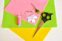 Szpilki, nożyce, szablonu prześcieradło, czujący - dlaczego robić handmade broszce, szwalny zestaw Zdjęcia Royalty Free