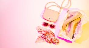 Szpilki, torebka i szalik, - mod akcesoria zdjęcia stock