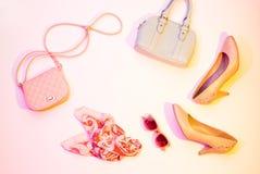 Szpilki, torebka i szalik, - mod akcesoria zdjęcie stock