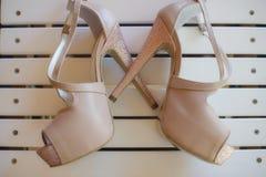 Szpilki zerknięcia palec u nogi pompuje buty, z szpilki pięty i kostki patki uczepieniem obraz royalty free