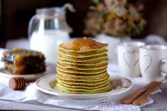 Szpinaków bliny z dojnym i organicznie miodem w honeycombs Obrazy Royalty Free