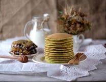 Szpinaków bliny z dojnym i organicznie miodem w honeycombs Obraz Royalty Free