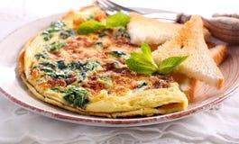 Szpinak, mennic grzanki i omlet i Obrazy Royalty Free