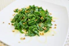 Szpinak sałatka z orzechami włoskimi Obrazy Stock