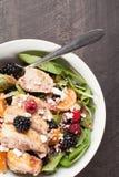 Szpinak sałatka z owoc i feta sera above strzałem Zdjęcia Royalty Free