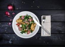 Szpinak sałatka z pieczoną wołowiną i pieczarkami w breadcrumbs zdjęcie royalty free