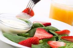 szpinak sałatkowe truskawki zdjęcie royalty free