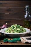 Szpinaka Fettuccine Weganinu makaron z szpinaków szpinaków Fettuccine Alfredo makaronem na białym talerzu kopia zdjęcie stock