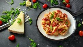 Szpinaka ricotta pierożek w pomidorowym kumberlandzie z dzikim rakiety i parmesan serem fotografia stock