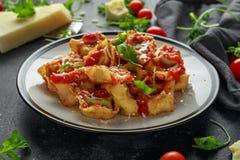 Szpinaka ricotta pierożek w pomidorowym kumberlandzie z dzikim rakiety i parmesan serem zdjęcie royalty free