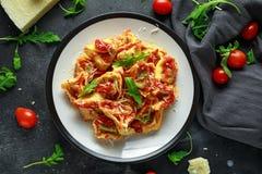 Szpinaka ricotta pierożek w pomidorowym kumberlandzie z dzikim rakiety i parmesan serem obraz stock