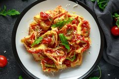 Szpinaka ricotta pierożek w pomidorowym kumberlandzie z dzikim rakiety i parmesan serem obraz royalty free