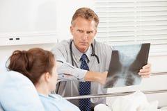 Szpital: Lekarka Ma poważną dyskusję z pacjentem Obrazy Stock