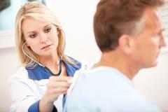 Szpital: Lekarz Słucha płuca Zdjęcie Stock