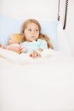 Szpital: Mała Dziewczynka Przestraszona w łóżku szpitalnym Fotografia Stock