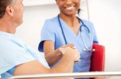 Szpital: Pielęgniarka i pacjent Trząść ręki Obraz Stock