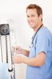 Szpital: Pielęgniarka Przystosowywa Zasolonego kapinos Zdjęcie Stock