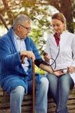 Szpitali, Labs i klinik ocena ciśnienia krwi elderl, Fotografia Royalty Free