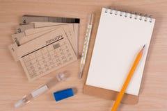 Szpitalna agenda na lekarka stole Kalendarz, termometr i ołówek na drewnianym stole, Obraz Stock