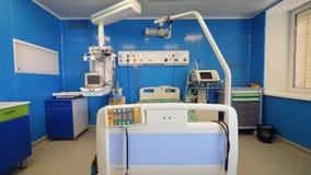 Szpitalna jednostka z sprzętem medycznym i łóżkiem zdjęcie wideo