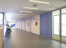 Szpitalny czekanie korytarz z siedzeniami zdjęcia royalty free