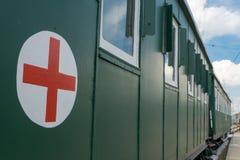Szpitalny furgon z czerwonym krzyżem Zdjęcia Royalty Free