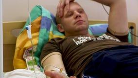 Szpitalny mężczyzna dostaje medycznego leka fron wkraplacz zdjęcie wideo