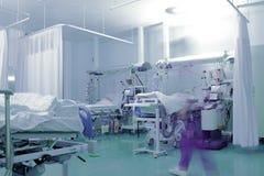 Szpitalny oddział z zamazaną postacią medyczny pracownik obraz royalty free