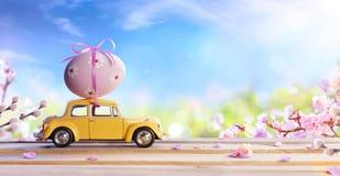 Szpotawego I Unrecognizable Samochodowego przewożenia Wielkanocny jajko Fotografia Stock