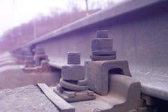 Sztachetowa skowa dla chwyta poręcza z betonowym cokołu śladem na wiadukcie niebo pociąg zdjęcia royalty free