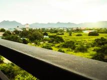Sztachetowy taras widzii niebo i górę w ranku Zdjęcia Stock