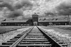 Sztachetowy wejście koncentracyjny obóz przy Auschwitz Birkenau w Polska obraz stock
