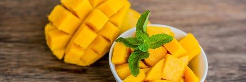 SZTANDARÓW owocowi i mangowi Mangowi sześciany na drewnianym stole Długi format Obrazy Stock