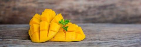 SZTANDARÓW owocowi i mangowi Mangowi sześciany na drewnianym stole Tropikalnej owoc pojęcie Długi format Zdjęcie Stock