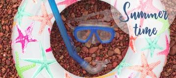 Sztandarów Plażowi akcesoria na dennym otoczaku Zdjęcia Royalty Free