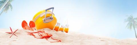 Sztandarów wakacji akcesoriów bagażnika błękita tło Zdjęcia Royalty Free